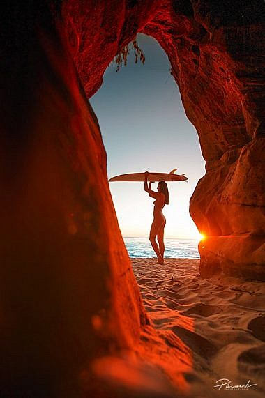 Fotogrāfs, foto Martins Plume, surfing, meitene ar serfa deli, saulriets, meitene, saulriets