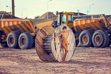 Kailfoto, nude, cilveks osta vesture, nude art, nude model, nude girl, erotika, erotic, latvia nude model, rigas osta, ostas teritorija, kailfoto industriala vide