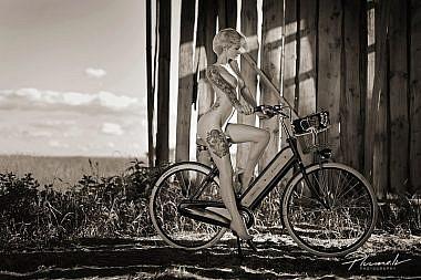 Velosipeds, mākslas kailfoto, nude art, Latvija,Fotogrāfs Mārtiņš Plūme