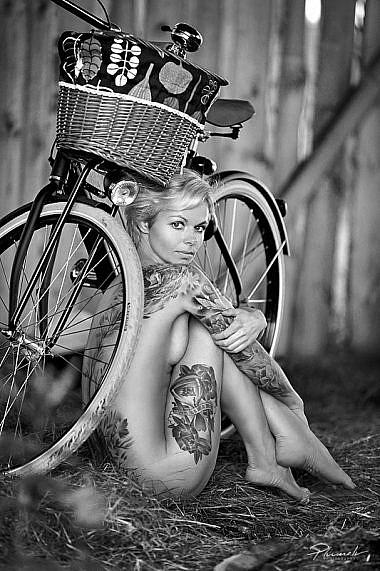 Kailfoto modele, Inga, meitene ar tetovejumu, Kailfoto, Fotogrāfs Mārtiņš Plūme