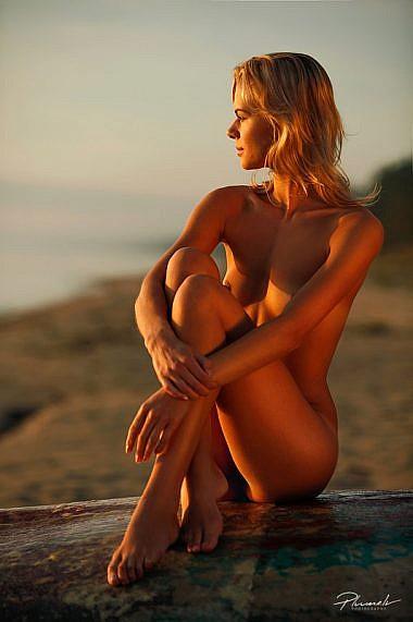 Kailfoto saullēktā, kailfoto pie jūras, Fotogrāfs Mārtiņš Plūme